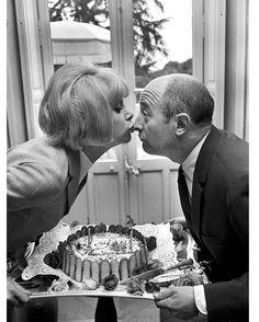 Les plus belles photos des archives de @parismatch_magazine  #1966 - Avec eux les spectateurs sont sûrs de se régaler. Dans la bouche de Mireille dhabitude Audiard met des bons mots. Dans la bouche d#Audiard ce jour-là cest Mireille qui met de bons mets. Lactrice et le dialoguiste qui se retrouvent en 1966 au festival de #Cannes sont de vieux complices :  Ne nous fâchons pas  la nouvelle comédie policière de #GeorgesLautner sortie à Paris il y a seulement quelques jours est déjà leur…