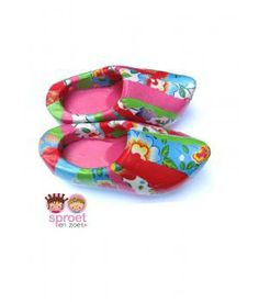 These wooden shoes are decorated with paper and treated with a special coating. Only for decoration! www.metdehand.nl
