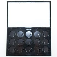 MAC Pro Palette Large Eye Shadow x 15 innen http://www.magi-mania.de/die-neue-mac-pro-palette-large-mit-eye-shadow-x-15-gitter/