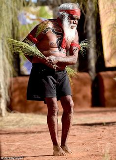 Indigenous tribe members performed a traditional dance for the royal visitors Aboriginal Culture, Aboriginal People, Prince Charles And Diana, William Kate, Celebrity Babies, Celebrity Photos, Celebrity News, Celebrity Style, Australian Aboriginals