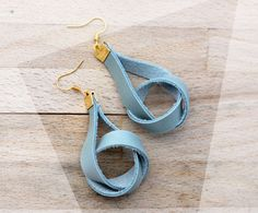 Natural and chic: dangling leather earrings in powder mint and gold / knot earrings / modern earrings / golden accents door casuallynatural op Etsy https://www.etsy.com/nl/listing/152864312/natural-and-chic-dangling-leather