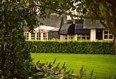 www.buytengewoon.nl. tuinontwerp - tuinaanleg - tuinonderhoud.  Ruime landelijke tuin met organische vormen. Met gazon, beukenhagen, taxus, buxus, lavendel en hortensia's. www.buytengewoon.nl