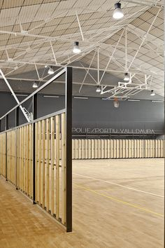 Image 7 of 11 from gallery of Sports Valldaura / Sulkin Marchissio SCP. Courtesy of Sulkin Marchissio SCP Wooden Architecture, Architecture Design, Roof Truss Design, Badminton Court, Hall Interior, Roof Trusses, Sports Complex, Hall Design, Space Interiors