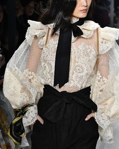 4 Fall Runway Trends I'm Trying Now - Bohemain Style - Fall Outfit Fashion Mode, Couture Fashion, Runway Fashion, High Fashion, Fashion Show, Fashion Outfits, Womens Fashion, Fashion Trends, Fashion Clothes