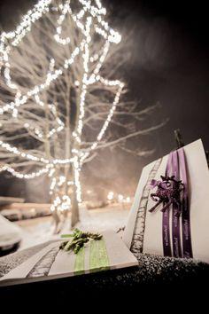 zauberhafte Verpackungsidee für Geschenkgutscheine, farbige Satinbänder individualisiert