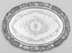 Großes Tablett Oval. Von gravierten Voluten, Rocaillen und Blüten gerahmtes Monogramm mit Grafenkr