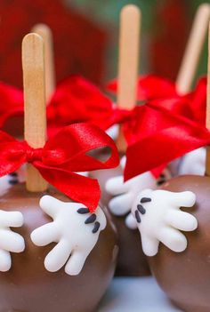 E invista em doces personalizados para oferecer aos convidados Mickey Mouse Treats, Mickey And Minnie Cake, Minnie Mouse Party Decorations, Mickey E Minie, Fiesta Mickey Mouse, Minnie Mouse Cake, Mickey Mouse Parties, Baby Mickey, Mickey Party