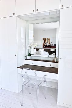 Contemporary and white built in makeup vanity with a backlit mirror, jewelry drawers and cabinets for clothing, bags, and shoes. Built In Cupboards Bedroom, Bedroom Built In Wardrobe, Master Bedroom, Bedroom Wall Designs, Room Ideas Bedroom, Bedroom Decor, Bedroom Makeup Vanity, Makeup Vanity With Drawers, Modern Makeup Vanity