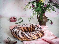 čokoládový veniec z kvásku Bread Rolls, Croissants, Sausage, Food, Basket, Meal, Rolls, Crescents, Sausages