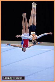 Al weer een jaar geleden vond in Utrecht het Europees Jeugd Olympisch Festival plaats (EYOF van 14- 19 juli 2013) Ik maakte toen een top-honderd van de beste actiefoto's. Hier komt de volgende bijzondere actiefoto (montage) van twee gymnasten die op vloer hetzelfde onderdeel uitvoerden n.l. Eythora Elisabet Thorsdottir (NED) en Valentin Starikov (RUS)