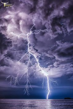 Lighting is Lovely to Look at said the Eyes in the Skyes! Lightning Photography, Storm Photography, Landscape Photography, Nature Photography, Amazing Photography, Photography Tips, Storm Wallpaper, Galaxy Wallpaper, Wallpaper Backgrounds