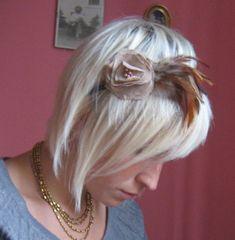 still dottie - diy tutorials, fashion, photography, design, music & artists: feather & flower headband tutorial Flower Headband Tutorial, Feather Headband, Flower Headbands, Feather Hair, Bow Tutorial, Headband Hair, Feathered Hairstyles, Pretty Hairstyles, Cute Hairstyles