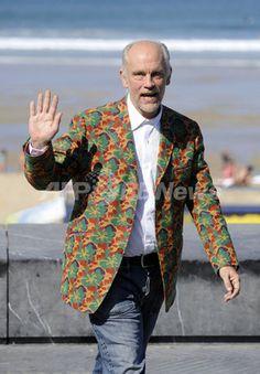 スペインで行われた第56回サン・セバスチャン国際映画祭に出席したジョン・マルコヴィッチ!個性的なジャケットにセンスを感じます☆