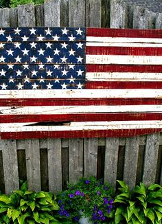 Somewhat Quirky: Making An American Flag From Pallet Wood - Projects - American Flag Painting, American Flag Pallet, American Flag Decor, Pallet Crafts, Diy Pallet Projects, Pallet Ideas, Wood Projects, Pallet Designs, Wood Ideas