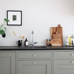 Superhärlig diskbänk i detta gröna och trendiga shakerkök! Här skulle man kunna stå och diska... Hemma hos och stylat av @greydeco.se 👌 #platsbyggt #shaker #shakerkök #kök #styling #köksinspo #drömkök #köksinspiration #gröntkök #diskbänk #inredning #nyttkök #sven_snickare Kitchen Furniture, Kitchen Interior, Kitchen Dining, Kitchen Cabinets, Apartment Goals, Shaker Kitchen, Cool Kitchens, Sweet Home, New Homes