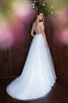 Vestido de Noiva de Daria Karlozi (Heavenly Delphinium), corte princesa, decote em v, longo, com mangas