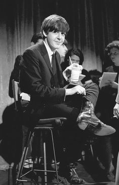 """Paul McCartney © KEN REGAN, Backstage at the Ed Sullivan show in February (When the Beatles ended their spot, Ed said to all America """"these are fine, fine young men"""", easy some parents worries) Foto Beatles, Beatles Love, Les Beatles, Beatles Photos, Beatles Band, John Lennon, Ringo Starr, George Harrison, Liverpool"""