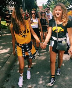 Girls' Guide To Football Game Outfits College Games, College Game Days, College Life, Tailgate Outfit, Tailgating Outfits, Football Outfits, Bff Pictures, Bff Pics, Best Friend Goals