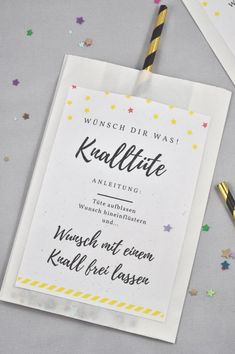Knalltüte DIY-Idee für die Silvesterparty - little. Perfect DIY for the New Year's Eve party: the firecracker is easy and super fast. You can find the label for free on the Mason Jar Crafts, Mason Jar Diy, Baby Basics, Diy Gifts For Christmas, Diy 2019, Diy Bags Purses, Ideias Diy, Diy Décoration, Diy Crafts