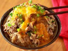 食通のためのグルメメディアdressing「dressing編集部」の記事「米といっしょに炊飯器に入れるだけ!ほっとくだけで旨みたっぷりな肉丼が完成する、簡単丼ぶりレシピまとめ」です。