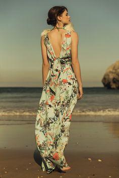 Impresionante vestido de fiesta largo con estampado mariposas y flores y lazada en la espalda, un diseño de #Apparentia especial para invitadas de boda comunion y graduacion