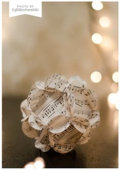Boules de Noël en papier musical / Sheet music christmas decoration