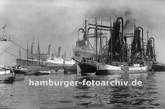 0954011 Im Waltershofer Hafen liegen Schiffe im Hafenbecken; ein Frachter wird mit einem schwimmenden Getreideheber gelöscht - das Schüttgut wird direkt in längsseits liegenden Küstenschiffe geladen.