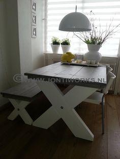 Steigerhout eettafel kruispoot en bijbehorende bank model Sandra