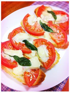 I got a tomato! This cooking is easy. It was used to, baguette, tomato, Camembert cheese, olive oil, basil:)