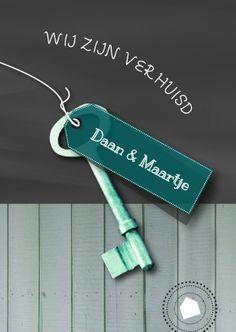 Moderne verhuiskaart met 'Wij zijn verhuisd' op schoolbord, en sleutel met label waarop eigen tekst kan. iets fraais!