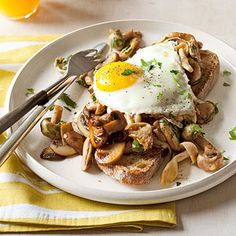 Brunch or breakfast in style Forget boring ol' toast. Do something different like our Mushroom & Egg Toasts! Then, when you master this basic breakfast sauté, get creative and add in your own mix-ins like cheese or avocado. Easy Egg Recipes, Brunch Recipes, Fall Recipes, Breakfast Recipes, Brunch Dishes, Protein Breakfast, Breakfast For Dinner, Breakfast Time, Vegetarian Recipes