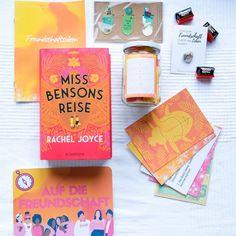 """Die Jännerbuchbox AUF DIE FREUNDSCHAFT enthielt so viele coole Inhalte, die alle perfekt zum Thema Freundschaft und Reisen passten. Das Buch der Box war """"Miss Bensons Reise"""" von Rachel Joyce, in dem es um eine wunderbare einzigartige Freundschaft geht und eine Reise, die man so schnell nicht vergisst. Eine meiner liebsten buchigen Geschenke in der Buchbox war der Freundschaftspin! #buchbox #dieerlesene #buchliebe Box, Cover, World Of Books, Book Gifts, Friendship, Viajes, Snare Drum, Boxes"""