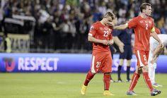 Enttäuscht:  Xherdan Shaqiri (links) und Stephan Lichtsteiner (rechts) verlassen das Spielfeld nach der 0:1-Niederlage in Slowenien.