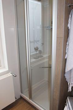 Deze douchecabine heeft eerst 1 stukje vast glas en daarna het draaibare gedeelte. Hierdoor is de deur kleiner, waardoor de deur minder ver de badkamer in komt als je hem open doet.