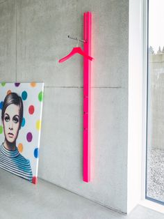 Puristische Wandgarderobe aus lackiertem oder furniertem MDF mit einem Klapphaken und 3 Taschenhaken. Design: Apartment 8