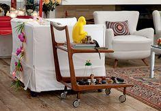Love the yellow monkey! And the cart! Deixe a cozinha em clima de festa usando algum utensílio culinário com design bacana como base para um arranjo. Para o escorredor de macarrão, Claudia Regina, do ateliê La Calle Florida, escolheu versões artificiais de papoula, ranúnculo e lavanda