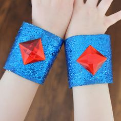 These paper roll craft super hero bracelets are super adorable! ^_^