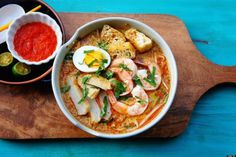 A warm bowl of this delicious Nyonya Laksa is just another perfect fix for the current cooler weather. This Laksa uses fresh thick rice noo. Laksa Soup Recipes, Laksa Recipe, Best Soup Recipes, Seafood Recipes, Free Recipes, Favorite Recipes, Malaysian Cuisine, Malaysian Food, Malaysian Recipes