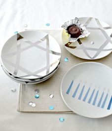 LOVE these HANUKKAH plates! Idea for making by using porcelain paint and white plates, methinks Jewish Hanukkah, Hanukkah Crafts, Jewish Crafts, Hanukkah Decorations, Christmas Hanukkah, Hannukah, Happy Hanukkah, Holiday Crafts, Holiday Fun
