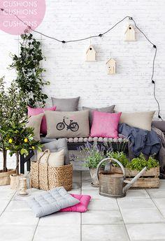 Harmoninen kokonaisuus, jota polkupyörätyyny piristää!  cushions-decoration-scandinavian_style-inspiration-inspiracion_cojines-estilo_escandinavo-nordico-decoracion_cojines_low_cost-ideas_deco_sal...