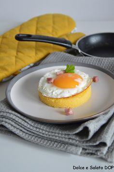 Uova al tegamino con polenta, con il tuorlo liquido!
