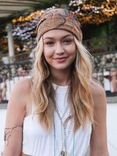 Die Top 10 der Coachella-Frisuren 2015: Turban. Wie es aussieht, hat Model Gigi Hadid bei unserem Kopftuch-Tutorial ganz genau aufgepasst. Ihre Beach-Waves hat das California-Girl geschickt mit Lockenschaum eingeknetet. On Top gibt ihr der hübsche Turban einen exotischen Touch. Er dient gleichzeitig als Schmuck und Sonnenschutz.