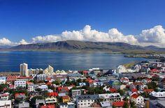 Reykjavik, Islândia   Atividade ao ar livre é o melhor desse país. Fique na capital, assim viagens de um dia para praticamente qualquer canto do país ficam mais fáceis. A Islândia frequentemente encabeça listas de destinos mais bacanas para quem viaja sozinha, porque lá você pode ir às regiões centrais, onde viajantes e moradores casualmente comem, tomam café, leem livros e compartilham dicas de viagem.