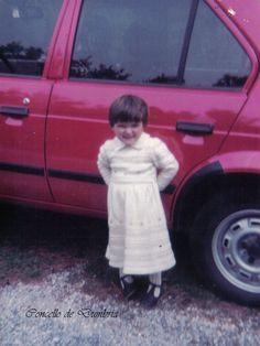 Nena posando diante dun coche. Cedida por Ezaro.com