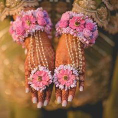 Order Fresh flower poolajada, bridal accessories from our local branches present over SouthIndia, Mumbai, Delhi, Singapore and USA. Flower Jewellery For Mehndi, Flower Jewelry, Bridal Accessories, Wedding Jewelry, Clothing Accessories, Indian Wedding Decorations, Indian Weddings, Flower Garlands, Flower Ornaments