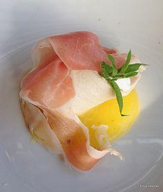 Cannolo croccante ripieno di seirass con prosciutto di Parma e salsa all'ananas