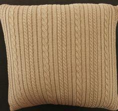 Almofada com textura de trança mista. 45 cm X 45 cm. Com ou sem recheio. Confeccionada em fio de alta qualidade 50% acrílico 50% algodão. Com Zíper. Com e sem recheio. Podendo ser encontrada em 4 versões de cores e em 3 tamanhos.Confiram!