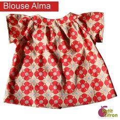 """Blouse Alma du 3 mois au 2 ans (patron """"Petit Citron"""") : Cette blouse à manches courtes raglans se boutonne dans le dos. Ce patron a fait l'objet d'un """"cousons ensemble"""" sur le blog. Vous y trouverez de nombreuses photos et astuces pour coudre cette blouse !"""
