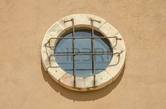 36321686-old-window-circle-design-vintage-on-wall-background.jpg (350×231)