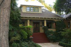 Craftsman Bungalow house in Sacramento, California. See more bungalow styles. Craftsman Style Bungalow, Bungalow Homes, Craftsman Bungalows, Craftsman Exterior, Exterior Paint, Craftsman Homes, Exterior Design, Craftsman Cottage, Craftsman Kitchen